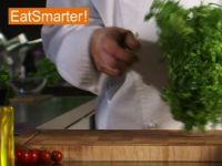 Wie Sie Friséesalat richtig putzen, waschen und trockenschleudern