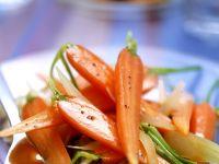Junge Karotten mit Wein gedünstet