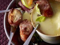 Käsefondue mit Wurststücken