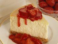 Käsekuchen mit Erdbeersoße Rezept