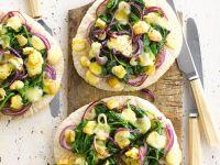 Käsepizza mit roten Zwiebeln und Spinat Rezept