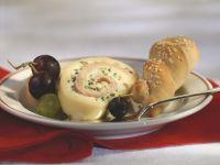 Käseroulade mit Weintrauben und Sesamgebäck Rezept
