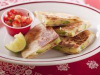 Käsetortilla mit Avocado und Tomatendip Rezept