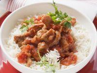 Kalbsgeschnetzeltes mit Tomatensauce auf Reis Rezept