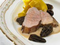 Kalbsrückenbraten mit gelben Nudeln und Morcheln Rezept