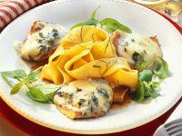 Kalbsschnitzel mit Gorgonzolahaube und Nudeln Rezept