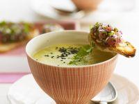 Kalte Gurkensuppe mit Thunfisch-Brotchips Rezept