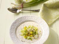 Kalte Joghurtsuppe mit Lauchzwiebeln und Sprossen Rezept