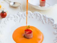 Kalte Tomaten-Paprikasuppe mit Lachs-Häppchen Rezept