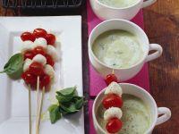 Kartoffel-Basilikum-Suppe mit Mini Tomaten-Mozzarella-Spieß Rezept