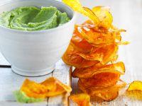 Kartoffelchips aus Süßkartoffeln mit grünem Dip