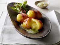 Kartoffeln mit Käse im Speckmantel