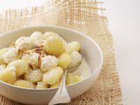 Kartoffelnockerl mit  Käsesoße und Pinienkernen Rezept
