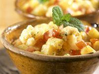 Kartoffelsalat auf indische Art mit Blumenkohl und Tomaten Rezept