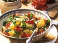 Kartoffelsalat mit Feldsalat und Salami