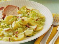 Kartoffelsalat mit Spitzkohl und Apfel dazu Kasseler Rezept