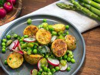 Kartoffelsalat mit Spargel, Radieschen und Erbsen