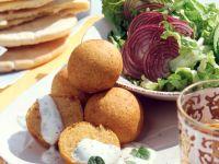 Kichererbsenbällchen mit Minzjoghurt Rezept