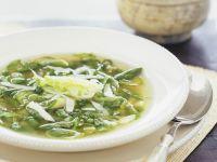 Klare Suppe mit grünem Gemüse
