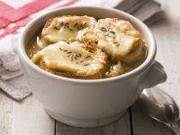 Klassische Zwiebelsuppe mit Käsebrot