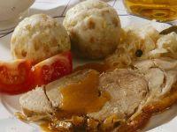 Klassischer Schweinebraten mit Klößen und Sauerkraut Rezept