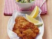 Klassisches Schnitzel mit Kartoffel-Gurken-Salat Rezept