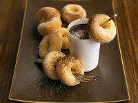 Kleine Doughnuts mit Schokodip Rezept