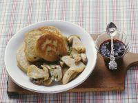Kleine Grünkern-Pfannkuchen mit Steinpilzen und Holunderbeerenkompott Rezept