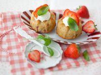 Kleine Gugelhupfe mit Erdbeeren und Basilikum Rezept