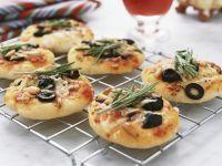 Kleine Pizzen mit Anchovis, Oliven und Rosmarin Rezept