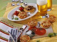 Kleine Pizzen und Spießchen zum Fußballspiel Rezept