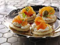 Kleine russische Pfannkuchen mit Frischkäse und Lachs Rezept