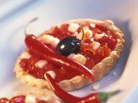 Kleine scharfe Törtchen mit Olive und Mozzarella
