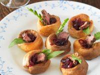 Kleine Yorkshire-Puddings mit Steak und Zwiebelsauce