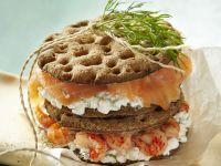 Knäckebrot mit Hüttenkäse, geräuchertem Lachs und Flusskrebsen Rezept
