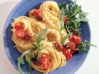 Knoblauch-Spaghetti mit Tomaten und Oliven Rezept