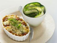 Knuspriger Tomatenauflauf mit Ziegenkäse und Zucchinisalat Rezept