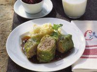 Kohlrouladen mit Püree und Preiselbeeren Rezept