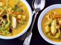 Kokos-Currysuppe mit Hähnchen und Gemüse
