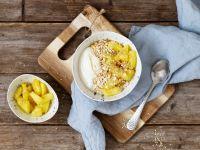 Kokos-Sojajoghurt mit Ananas und Sesam Rezept