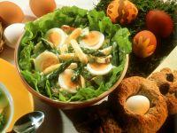 Kopfsalat mit Spargel und Ei