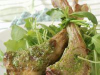 Koteletts vom Lamm mit grünem Pesto und Rucola Rezept