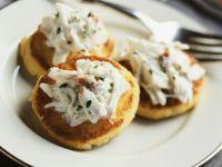 Krabbensalat auf Polentatalern Rezept