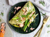 Kräuter-Omelette mit grünem Spargel und Stremellachs
