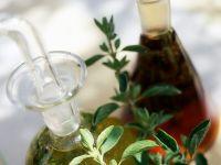 Kräuteröl und Essig in Karaffen Rezept