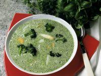 Kräuterrahmsuppe mit Brokkoli und Spargel