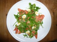 Kresse-Rucolasalat mit Räucherlachs und Ei Rezept