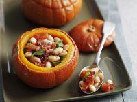 Kürbis mit Bohnen-Tomaten-Füllung Rezept