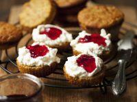 Kürbismuffins mit Frischkäse und Konfitüre Rezept