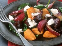 Kürbissalat mit Roter Bete, Zwiebeln, Spinat und Feta Rezept